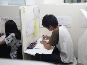 明光義塾で頑張る生徒